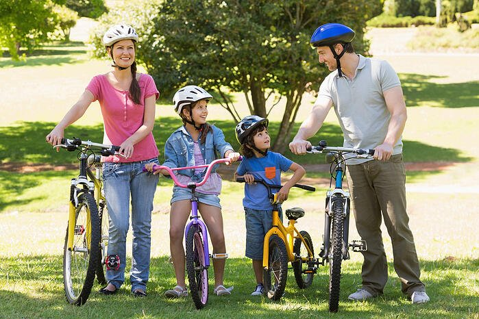 骑脚踏车公园河堤绿色隧道消耗热量拍照打卡